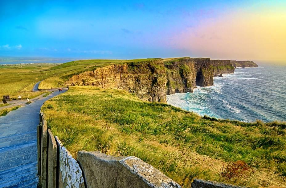 """Com 8 quilômetros de extensão, as Falésias de Moher, no Condado de Clare (oeste da <a href=""""http://viajeaqui.abril.com.br/paises/irlanda"""" rel=""""Irlanda"""">Irlanda</a>), chegam a uma altura máxima de 214 metros e são uma das principais atrações do país<strong>+ <a href=""""http://viajeaqui.abril.com.br/materias/fotos-10-falesias-impressionantes-pelo-mundo"""" rel=""""10 falésias impressionantes pelo mundo"""" target=""""_blank"""">Fotos: 10 falésias impressionantes pelo mundo</a></strong><strong>+ <a href=""""http://viajeaqui.abril.com.br/materias/8-experiencias-irlandesas-dublin"""" rel=""""8 experiências irlandesas em Dublin"""" target=""""_blank"""">8 experiências irlandesas em Dublin</a></strong>"""