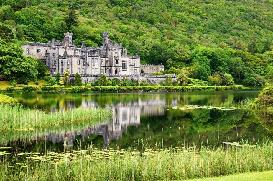 Na charmosa cidade de Galway, vale a pena visitar a Abadia de Kylemore e o o Jardim Murado Vitoriano, que inclui uma área verde belíssima