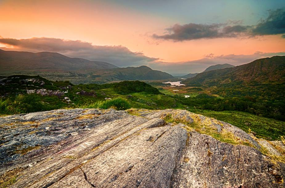No Parque Nacional de Killarney, a bela Ladies View torna-se ainda mais estonteante ao pôr do Sol. O nome, a propósito, não é à toa: a região foi admirada por damas de honra durante a visita da Rainha Vitória, em 1861