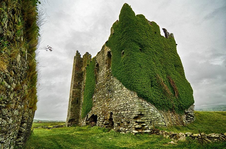 Ruínas do Castelo de Ballycarbery, do século 18, na região de Cahersiveen. A história conta que ele foi duramente atacado pelo parlamento britânico durante as Guerras dos Três Reinos