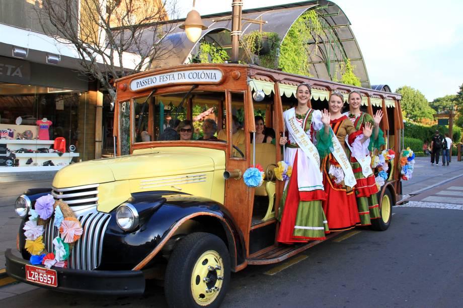 Desfile temático na Festa da Colônia, em Gramado, Rio Grande do Sul