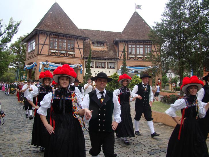 Desfile em trajes típicos pelas ruas de Pomerode (SC)