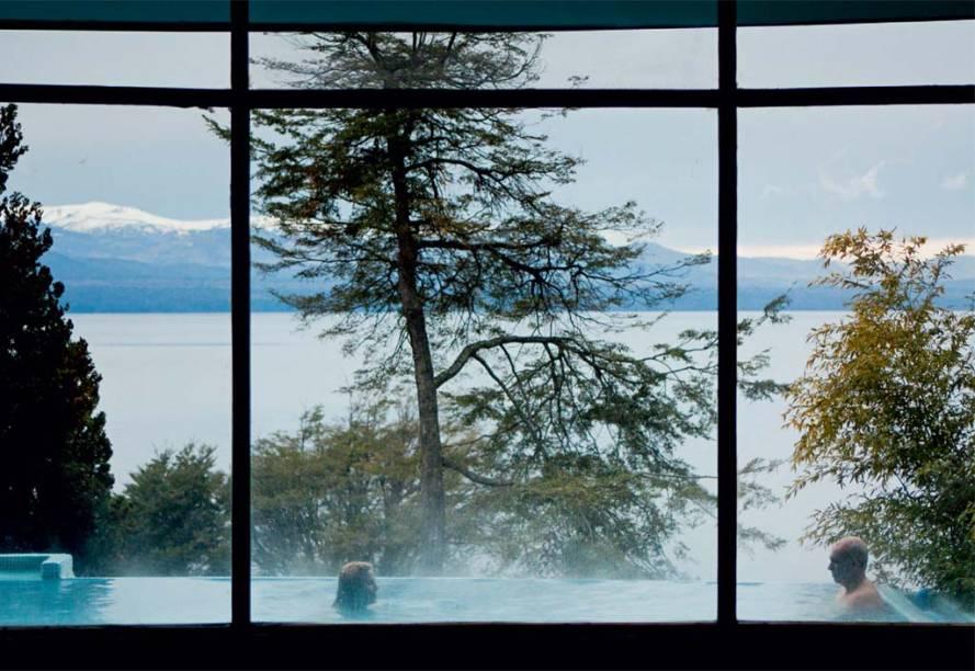Piscina e lago vistos do Design Suites