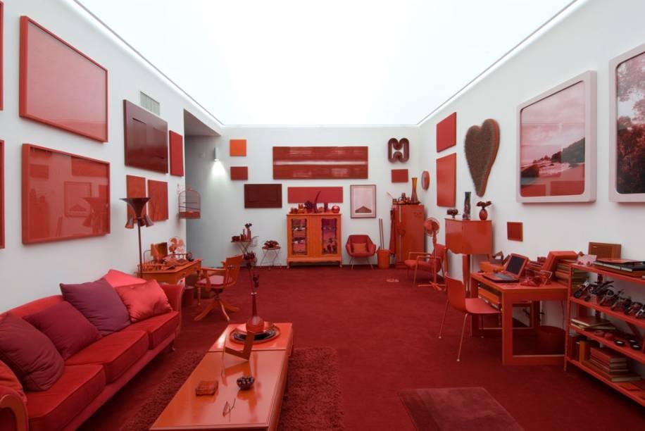 O ambiente com decoração e móveis em vermelho é o primeiro da obra Desvio para o vermelho, deCildo Meireles, em Inhotim, Brumadinho (MG)