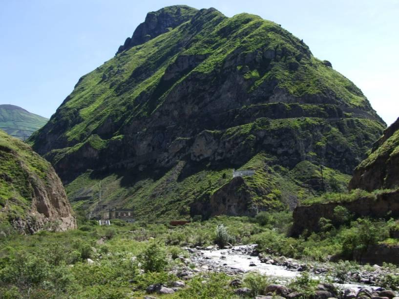 Esta é a montanha Nariz do Diabo, nos Andes equatorianos. De longe, até que pode não parecer grande coisa, mas é nela que o trem perfaz trajeto em ziguezague ladeira abaixo, indo de 2.346 a 1.860 metros sobre o nível do mar. E aí, vai encarar?