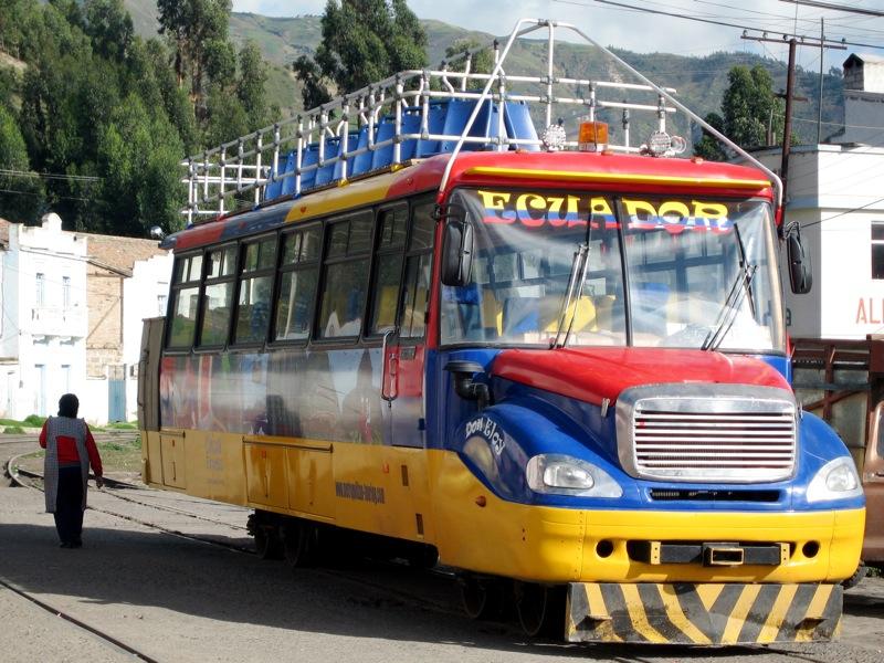 """A viagem de trem rumo ao Nariz do Diabo, nos Andes equatorianos, pode começar a bordo de um desses pitorescos ônibus turísticos, chamados de Chiva. Com tarifas de US$ 5 a US$ 8, eles recolhem e transportam os viajantes até a estação de embarque. Há duas opções para iniciar a jornada sobre trilhos: Riobamba ou Alausí, cidades situadas ao sul de <strong><a href=""""http://viajeaqui.abril.com.br/cidades/equador-quito"""" rel=""""Quito"""" target=""""_blank"""">Quito</a></strong>, a capital do <strong><a href=""""http://viajeaqui.abril.com.br/paises/equador"""" rel=""""Equador"""" target=""""_blank"""">Equador</a></strong>."""