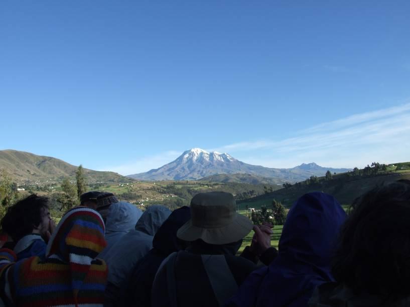 Em momentos estratégicos o maquinista desacelera a composição para que os viajantes possam desfrutar das paisagens e registrar com suas filmadoras e máquinas fotográficas os picos nevados, vulcões e vilarejos que aparecem ao longo do trajeto. Ao fundo, na foto, está o mítico Chimborazo, cujo cume alcança 6.267 metros acima do nível do mar: simplesmente o vulcão mais alto dos Andes equatorianos.