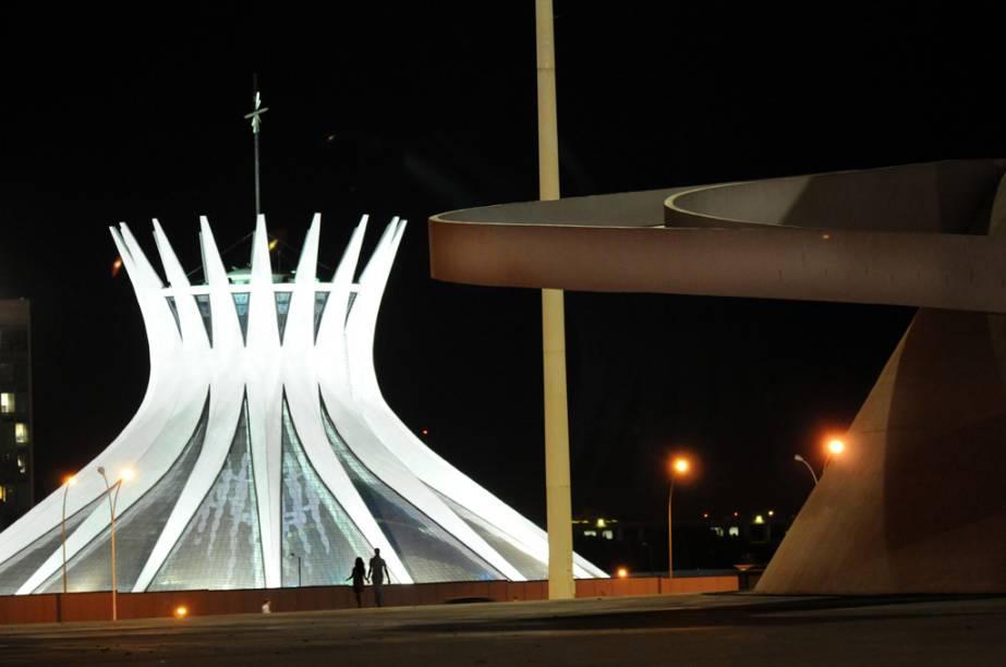 Projeto famoso de Oscar Niemeyer, a <strong>Catedral Metropolitana</strong> ilumina-se em um show de luzes único. O estilo do arquiteto fica evidente nos 16 pilares curvados da igreja, que se fecham no topo para depois de abrirem, em pontas espetadas, na direção do céu.
