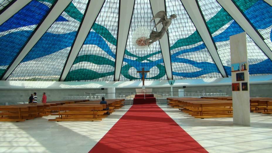Engenhosamente construída abaixo do nível do solo, a <strong>Catedral Metropolitana de Brasília</strong> revela-se por dentro, maior do que se presume. Confira a Via Sacra de Di Cavalcanti e as obras de Cheschiatti e Athos Bulcão.