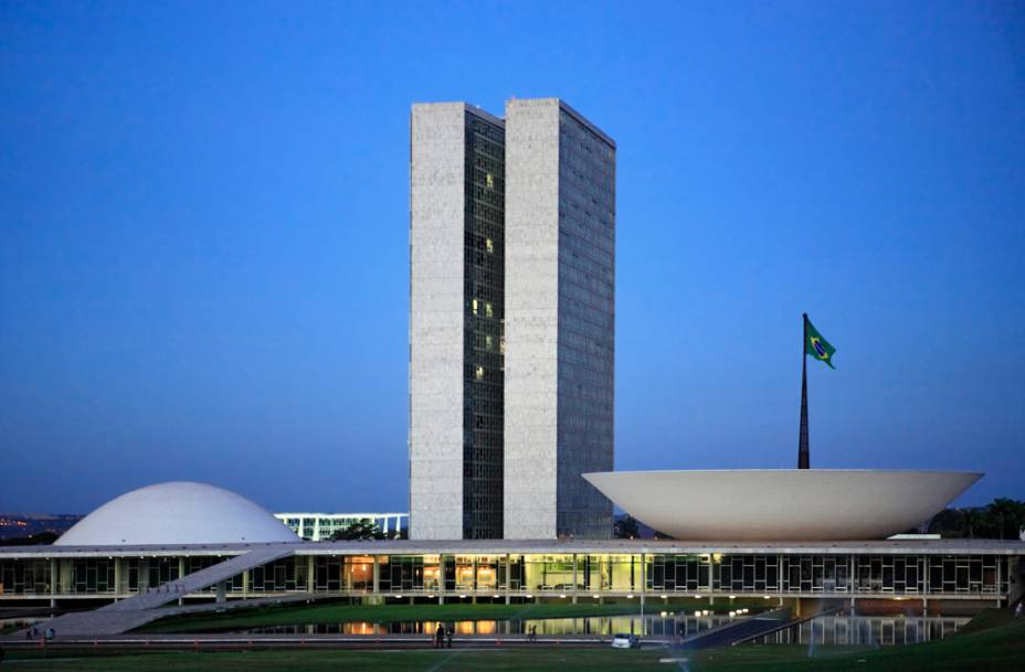 Os visitantes podem assistir parte de uma sessão no Congresso Nacional, o maior símbolo de Brasília, projetado por Niemeyer