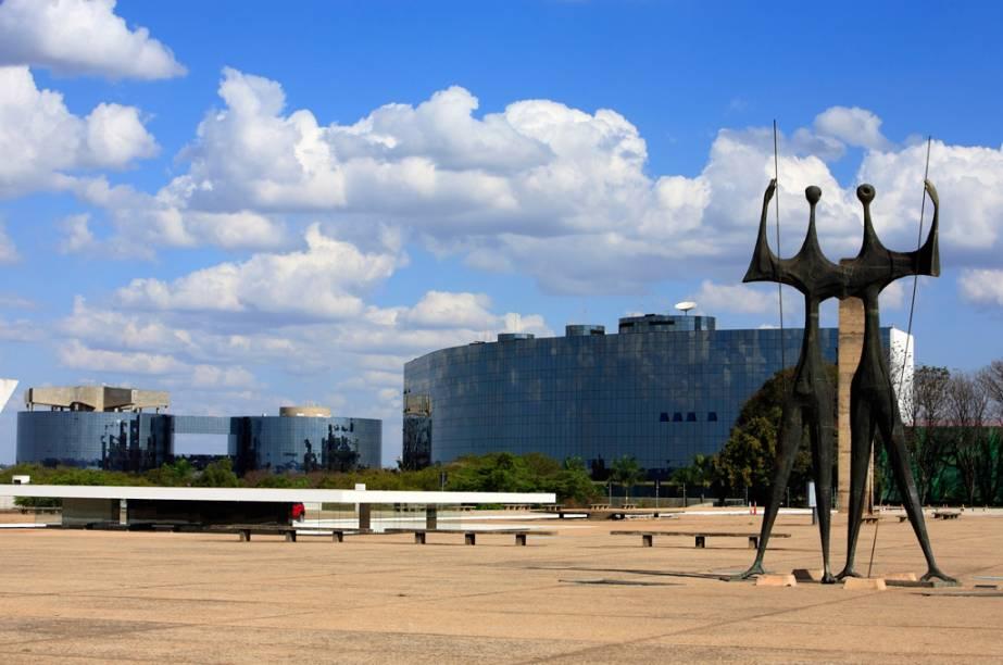 A Praça dos Três Poderes une o Congresso (Poder Legislativo), o Palácio do Planalto (Executivo) e o Supremo Tribunal Federal (Judiciário)