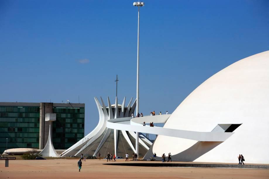 A cúpula branca do <strong>Museu Nacional de Brasília</strong> chama atenção pela enorme rampa de acesso e por uma passarela externa que serve de mirante para a Explanada dos Ministérios. As linhas e a sinuosidade passam uma ideia de leveza (marca do autor, Oscar Niemeyer). Recebe exposição temporárias.