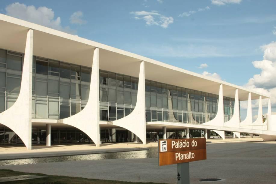 Se você quiser ter um dia de presidente, basta visitar o <strong>Palácio do Planalto</strong>, sede do poder Executivo e onde apresidente Dilma Roussef trabalha. Na sala de audiência, repare nas esculturas de barro do Vale do Jequitinhonha.