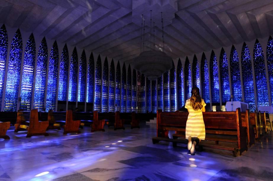 Durante as missas noturnas no <strong>Santuário Dom Bosco</strong>, o majestoso lustre formado por 7400 copos de vidro, fabricado na ilha italiana de Murano, se acende, revelando todo o esplendor da igreja