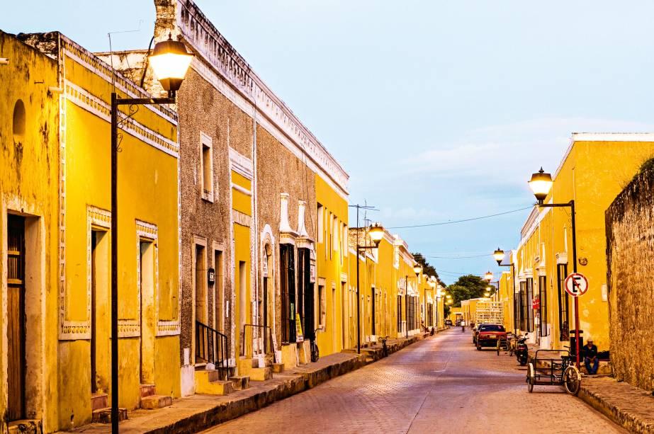 Para além desse passado tinhoso, Izamal é agora uma pequena joia do México colonial, na Península de Yucatán. Pacata e linda, com suas casas, igrejas e arcadas pintadas de um amarelo festivo