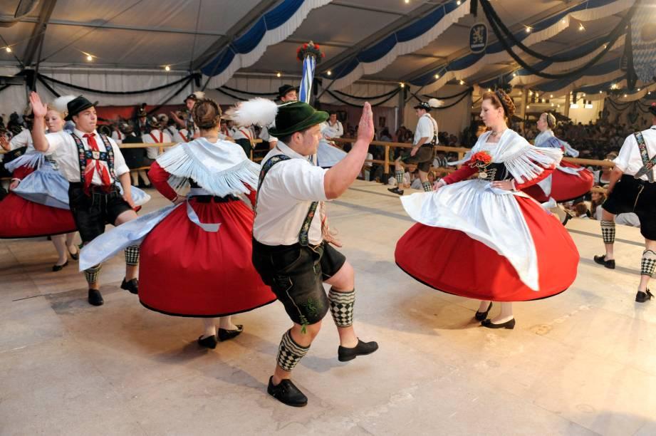 <strong>Alemanha: dirndl e lederhosen</strong> A roupa mais típica e tradicional da Alemanha é o lederhosenpara os homense, para as mulheres, o dirndl. Originalmente, era a vestimenta dos camponeses alpinos, mas hoje é utilizada em festas e comemorações de ascendência germânica. A versão feminina conta com um corpete com babados do decote, uma camisa por baixo e um avental - geralmente xadrez - sobre uma saia. Já o traje masculino consiste de calças de couro acima do joelho, suspensórios, um chapéu com uma pena e meias altas