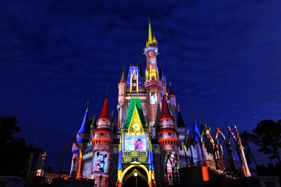 O Castelo da Cinderella, no Magic Kingdom, iluminado para o show The Magic, The Memories and You