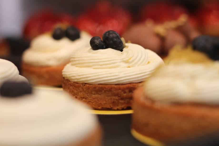 """<strong>1.<a href=""""http://viajeaqui.abril.com.br/estabelecimentos/br-rj-rio-de-janeiro-restaurante-boulangerie-guerin"""" rel=""""BOULANGERIE GUERIN"""" target=""""_blank"""">BOULANGERIE GUERIN</a></strong>Comece o dia com um café da manhã numa das lojas da Boulangerie Guerin, charmosa rede de padarias e confeitarias do chef francês Dominique Guerin (para este roteiro, privilegie a unidade em frente à Praça do Lido, em Copacabana). Baguetes crocantes, croissants e brioches disputam o olhar do visitante com éclairs e macarons, entre outras delicadas delícias exibidas na vitrine.<em>Avenida Nossa Senhora de Copacabana, 178 (Copacabana), 3648-7093</em>"""
