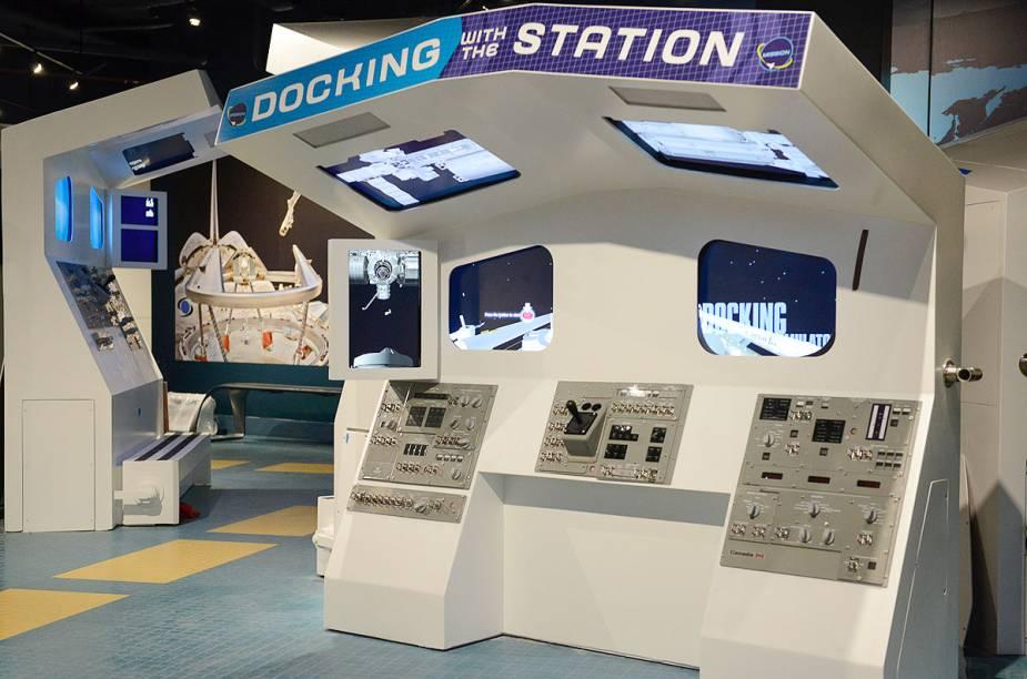 Dentro do prédio do ônibus espcial Atlantis, há vários simuladores - neles, o visitante pode brincar de acoplar espaçonaves ou realizar missões em braços mecânicos