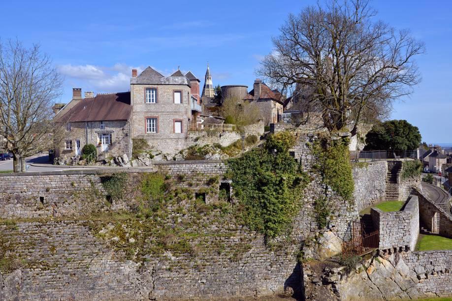 A arquitetura herdada dos tempos medievais revela a quantidade de história que Domfront tem para contar. O destino já foi palco de confrontos por ocupar um ponto importante na fronteira entre Bretanha e Normandia