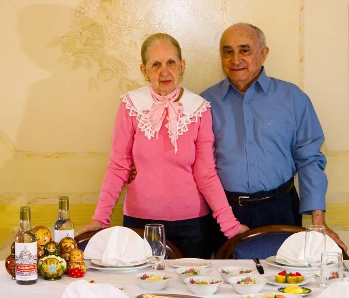 Maria Emília e seu marido José Hisbello Campos, proprietários do Dona Irene, em Teresópolis (RJ). Maria Emília comanda a cozinha do restaurante especializado em comida russa, enquanto José Hisbello conta histórias e explica as receitas