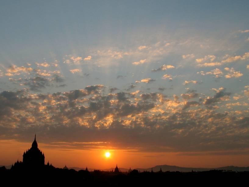 O pôr do sol em Bagan é um dos destaques em uma viagem ao Mianmar