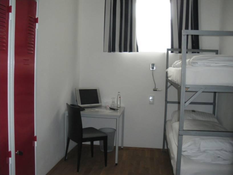 Vários dos quartos do Alcatraz foram construídos dentro das celas originais da cadeia. O banheiro está a um passo da cama, mas pelo menos quem abre e fecha a porta é você