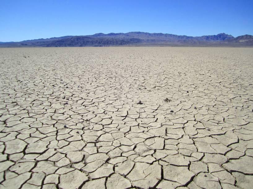 """<strong>4. <a href=""""https://www.youtube.com/watch?v=XS088Opj9o0 """" rel=""""Madonna – Frozen"""" target=""""_blank"""">Madonna – Frozen</a> - Cuddeback Lake, dentro do Deserto de Mojave, Califórnia, <a href=""""http://viajeaqui.abril.com.br/paises/estados-unidos"""" rel=""""Estados Unidos"""" target=""""_self"""">Estados Unidos</a> </strong>                        O clipe em questão foi filmado no <strong>Deserto de Mojave</strong>, conhecido por suas belas formações e áreas de conservação ambiental. O cenário é tão peculiar que também serviu como locação para clipes de outros artistas, como <a href=""""https://www.youtube.com/watch?v=Mr_uHJPUlO8"""" rel=""""Red Hot Chilli Peppers"""" target=""""_blank"""">Red Hot Chilli Peppers</a>, <a href=""""https://www.youtube.com/watch?v=9ro0FW9Qt-4"""" rel=""""Spice Girls"""" target=""""_blank"""">Spice Girls</a> e <a href=""""https://www.youtube.com/watch?v=M8uPvX2te0I"""" rel=""""Selena Gomez"""" target=""""_blank"""">Selena Gomez</a>"""