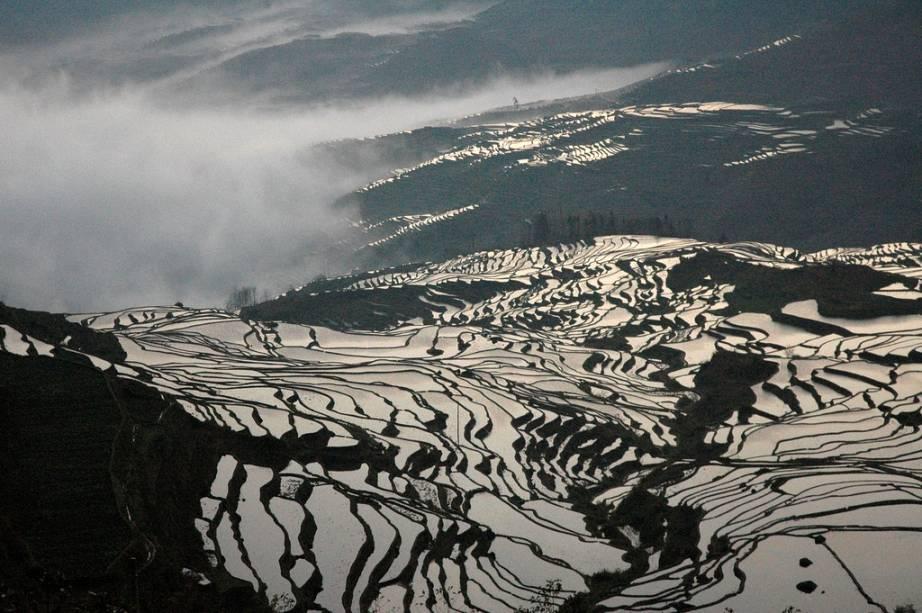 """<strong>Dragon Backbone Rice Fields, Longsheng, Guangxi, China</strong> O terreno montanhoso da província de Guangxi desafiou os locais a construir plantações alagadas de arroz adaptadas à sua geografia. Esta é uma paisagem criada pelo homem, mas não deixa de ter grande apelo natural.<a href=""""https://www.booking.com/searchresults.pt-br.html?aid=332455&lang=pt-br&sid=eedbe6de09e709d664615ac6f1b39a5d&sb=1&src=index&src_elem=sb&error_url=https%3A%2F%2Fwww.booking.com%2Findex.pt-br.html%3Faid%3D332455%3Bsid%3Deedbe6de09e709d664615ac6f1b39a5d%3Bsb_price_type%3Dtotal%26%3B&ss=China&ssne=Ilhabela&ssne_untouched=Ilhabela&checkin_monthday=&checkin_month=&checkin_year=&checkout_monthday=&checkout_month=&checkout_year=&no_rooms=1&group_adults=2&group_children=0&from_sf=1&ss_raw=China+&ac_position=0&ac_langcode=xb&dest_id=44&dest_type=country&search_pageview_id=a5a173e6a6c40073&search_selected=true&search_pageview_id=a5a173e6a6c40073&ac_suggestion_list_length=5&ac_suggestion_theme_list_length=0"""" target=""""_blank"""" rel=""""noopener""""><em>Busque hospedagens na China no Booking.com</em></a>"""