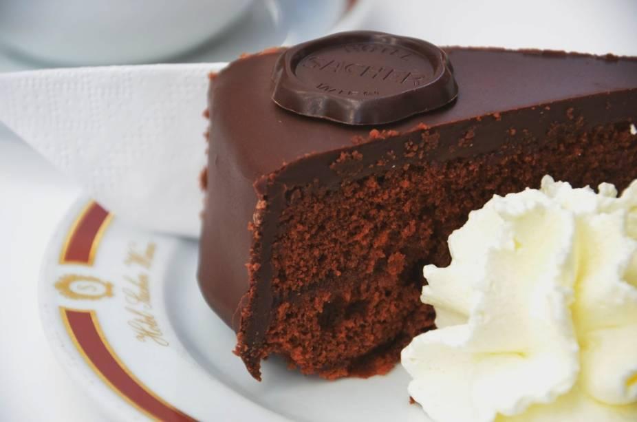 A torta de chocolate do hotel Sacher é um dos símbolos gastronômicos de Viena e programa obrigatório na agenda de muitos turistas