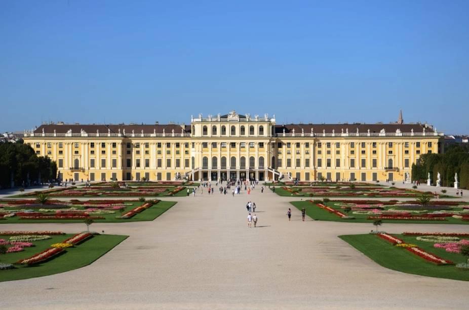 Das origens razoavelmente simples no século 16 aos mais de mil aposentos rococó de Maria Teresa Habsburgo, o Schönbrunn foi o centro do poderoso Império Austro-Húngaro
