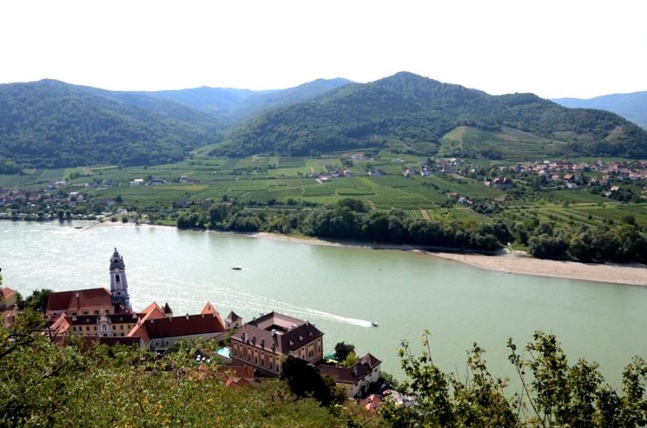 Vista do Danúbio passando por Dürnstein. A região é patrimônio cultural da humanidade pela lista da Unesco e fica a apenas uma hora de Viena