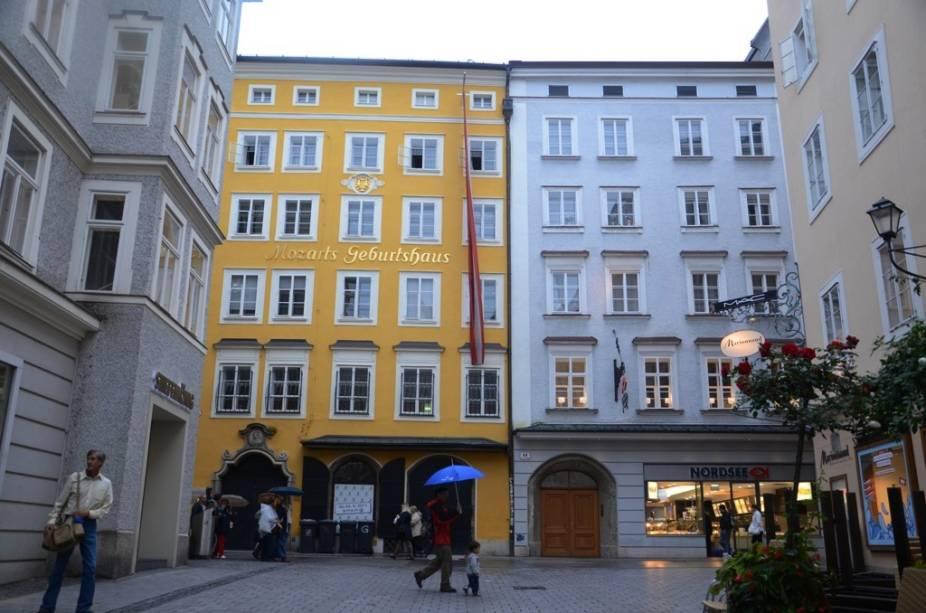 Foi nesse prédio amarelo na rua Getreidegasse que nasceu Wolfgang Amadeus Mozart. Próximo dali, do outro lado do rio Salzach, existe uma outra residência onde teria vivido o grande compositor