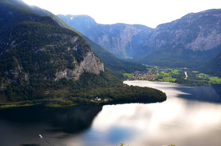 Vista do lago Hallstatter See e do vilarejo de Obertraun, próximos a Hallstatt, na região de Salzkammergut