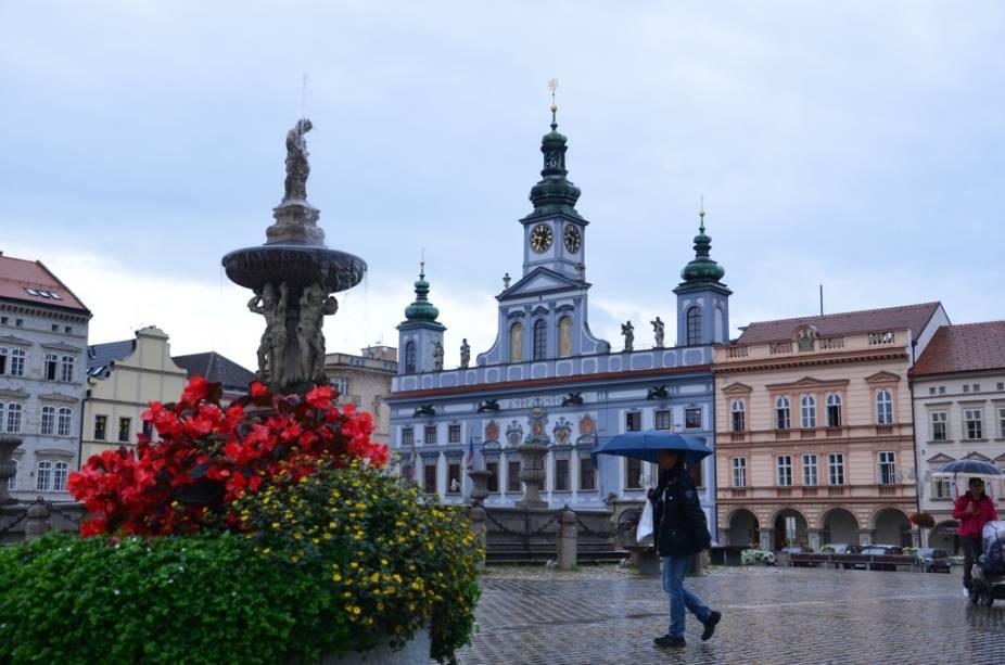 A ampla praça Přemysl Otakar II é a principal de Ceske Budejovice e boa parte da vida cívica e comercial da cidade gira em torno dela