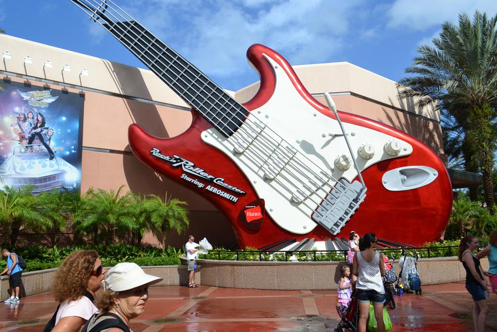 O percurso da montanha-russa Rock'n Roller Coaster Starring Aerosmith, no Hollywood Studios, é inteiro no escuro e a velocidade do carrinho vai de zero a 98 km/h em 2,8 segundos