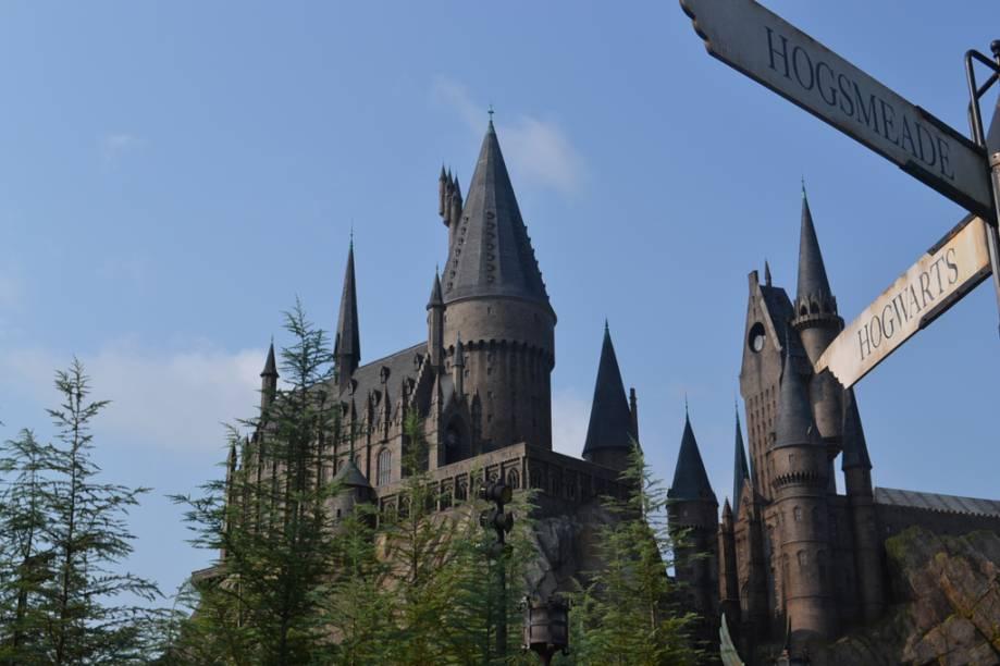 Castelo de Hogwarts, principal atração do Wizarding World of Harry Potter, no Parque da Universal. O parque também comporta lojas com produtos temáticos e restaurantes