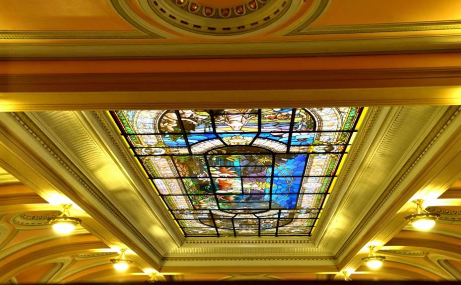 """Vitral """"A visão de Anhanguera"""", do artista Benedicto Calixto, localizadono teto do grande salão da antiga Bolsa do Café"""