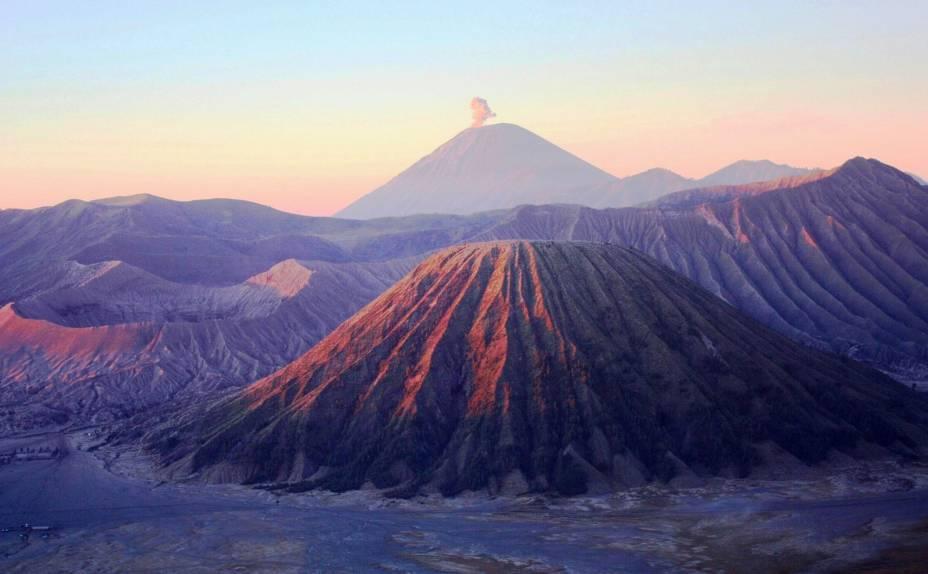 """<a href=""""http://viajeaqui.abril.com.br/paises/indonesia"""" target=""""_blank"""" rel=""""noopener""""><strong>Bromo, Indonésia</strong></a>O Bromo e outros vulcões do maciço Tengger da ilha de Java podem ser observados de outras montanhas menos perigosas, como o mirante do Monte Penanjakan. O nome Bromo vem da pronúncia javanesa para Bhrama, deus hindu que representa a criação"""
