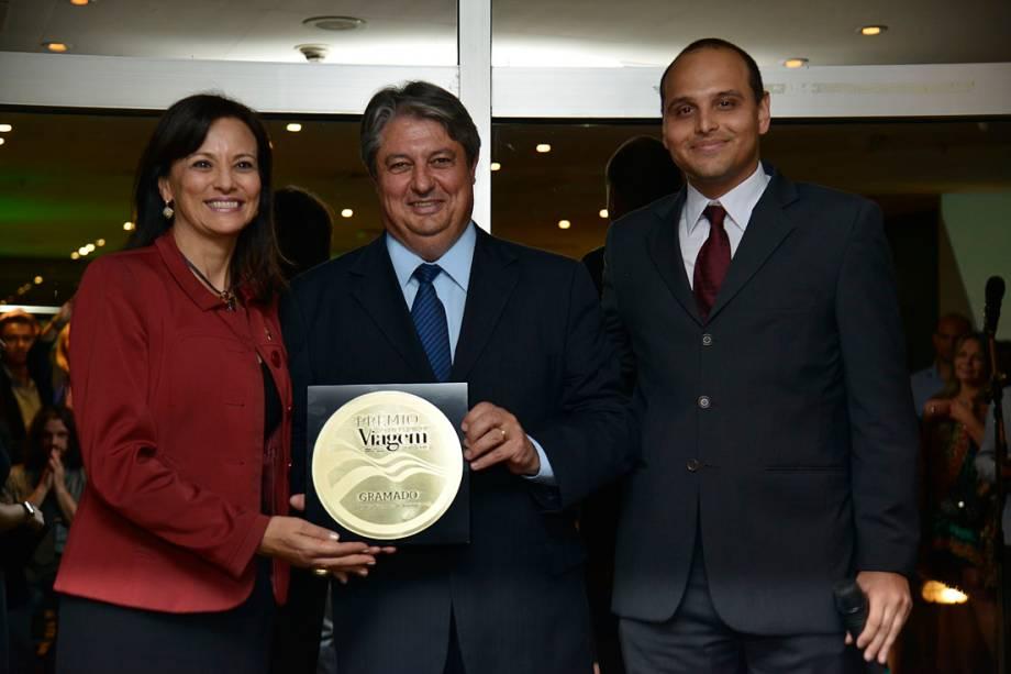 O prefeito de Gramado, Nestor Tissot (centro), e a secretária de Turismo da cidade, Rosa Helena Volk, com o prêmio Melhor Destino de Inverno