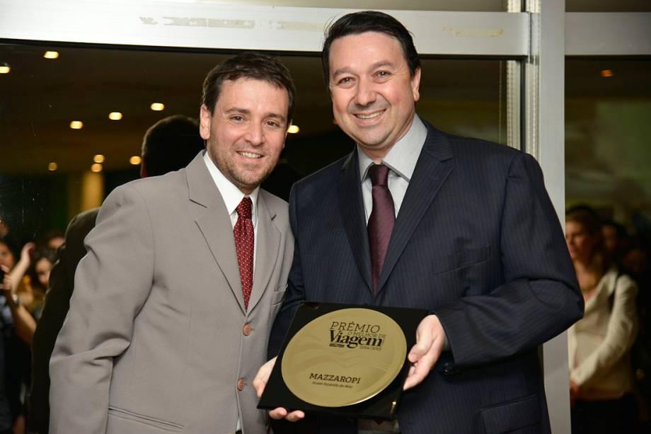 Jorge Arthur Girelli Ribeiro, do Mazzaropi, de Taubaté (SC) recebe o prêmio na categoria Hotel Fazenda