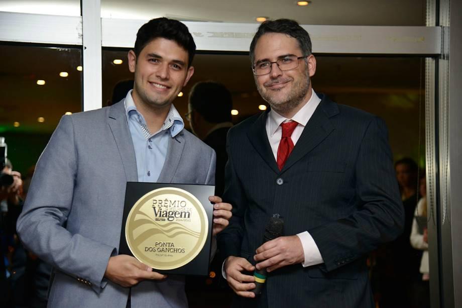 Filipe Barbosa, gerente de vendas do Ponta dos Ganchos, em Governador Celso Ramos (SC), exibe o prêmio de Resort do Ano