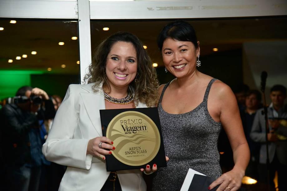 Daniela Bonacorso, Relações Públicas da Aspen Snowmass, com o prêmio de Melhor Estação de Esqui