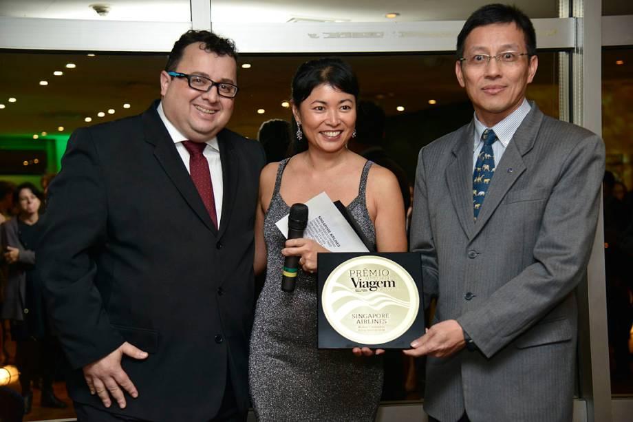 Marcos Sousa e Twee Min Wang, da Singapore Airlines, recebem o prêmio de Melhor Companhia Aérea Internacional