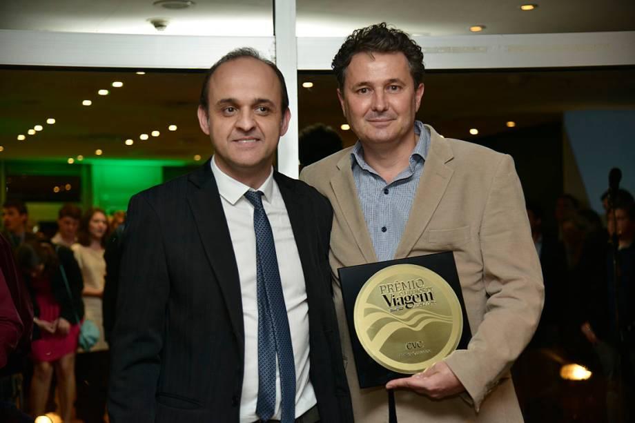 Marcelo Oste (dir), da CVC, com o prêmio de Melhor Operadora do país