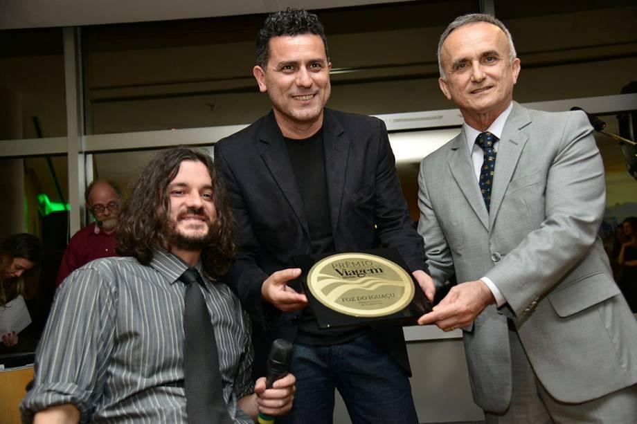 O secretário municipal de Turismo de Foz de Iguaçu, Jaime Nelson Nascimento (dir), recebe o prêmio de Melhor Destino de Ecoturismo