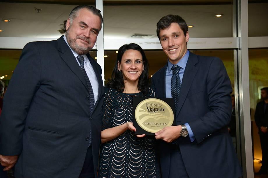 Claudio Magnavita e Philipe Campello recebem de Angélica Santa Cruz o Prêmio de Melhor Cidade, conquistado pelo Rio de Janeiro