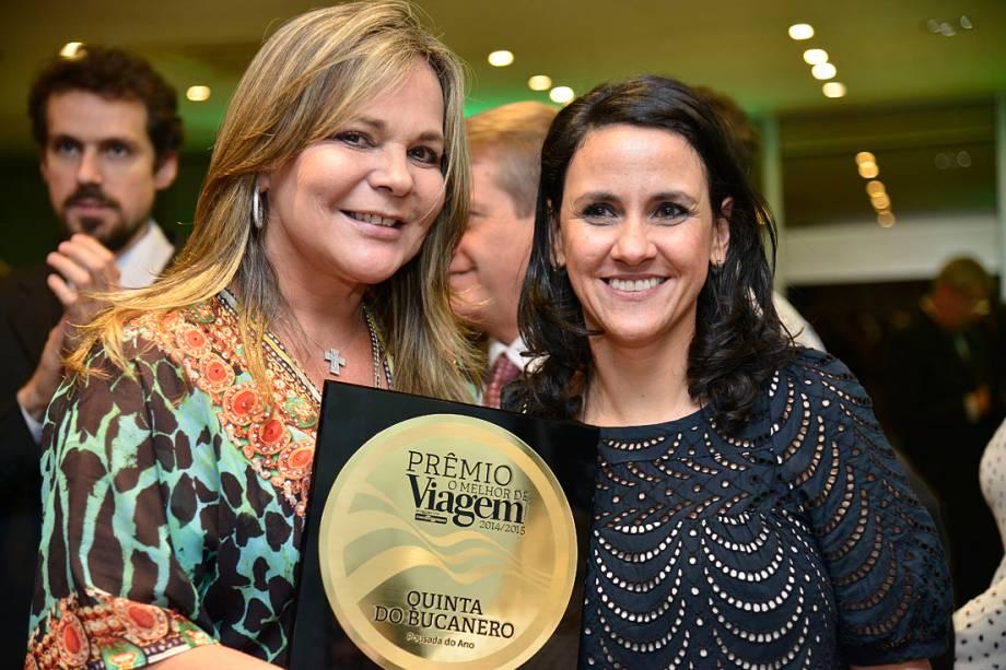 Jaqueline Biazus, proprietária da Quinta do Bucanero, na Praia do Rosa (SC), recebe o prêmio de Melhor Pousada