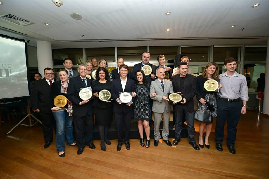 Os vencedores posam para a foto no fim da festa de premiação, em São Paulo (SP)