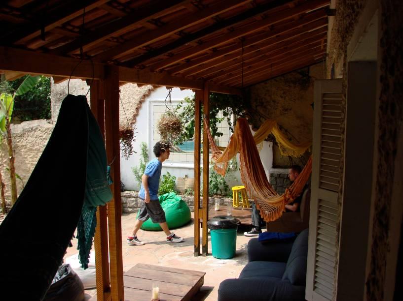 """<a href=""""http://viajeaqui.abril.com.br/estabelecimentos/br-sp-sao-paulo-hospedagem-3-dogs"""" rel=""""3 Dogs"""" target=""""_blank""""><strong>3 Dogs</strong></a>    Diárias: a partir de R$ 32    Administrado por holandeses, o 3 Dogs Hostel está localizado na Vila Mariana, mais precisamente a 3 minutos do metrô Ana Rosa. Como a região é famosa por seus bares, baladas e restaurantes, a localização é privilegiada e recebe mochileiros de diversos países. O albergue oferece gratuitamente café da manhã, roupa de cama, limpeza, Wi-Fi, TV a cabo, cozinha equipada e equipe trilíngue disponível 24h. Também possui área social com redes e sofás e quartos compartilhados com armários e lockers.    <strong>Onde: </strong>R. Cel. Artur Godói, 51 (V. Mariana);<strong> tel:</strong> (11) 2359-8222 (<a href=""""http://3dogshostel.com.br"""" rel=""""3dogshostel.com.br"""" target=""""_blank"""">3dogshostel.com.br</a>)"""